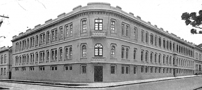 Fachada de um prédio de esquina com três andares.