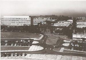 Vista aérea de um campus universitários, com estacionamento e diversos prédios.