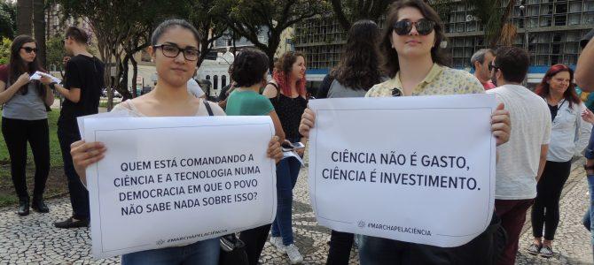 Marcha pela Ciência teve o apoio de docentes e alunos do Setor de Exatas