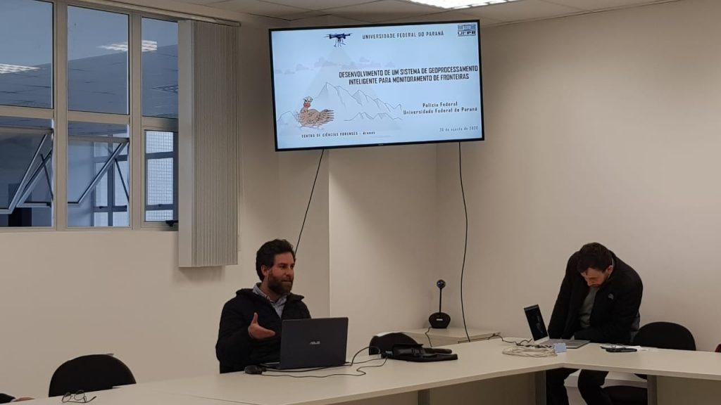 """Professor Daniel apresentando o projeto """"Sistema de Geoprocessamento Inteligente para Monitoramento de Fronteiras"""" (Foto: Carolina Calixto)"""
